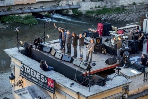 Inaguración del Festival Strenes 2015. Concierto de Sopa de Cabra desde el balcón del b&b. Tocaron en el patio de Bells Oficis.